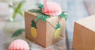 Sommerliche Geschenkidee: Pflanzwürfel in einer tropischen Flamingo-Verpackung