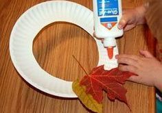 Your kids will love making their own leaf wreaths ... - #forkidstomake #Kids #le...